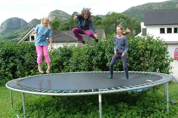 How-much-weight-can-a-trampoline-hold-gettrampoline.com