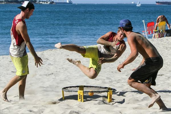 spikeball-beach-game-with-small-trampoline-and-ball